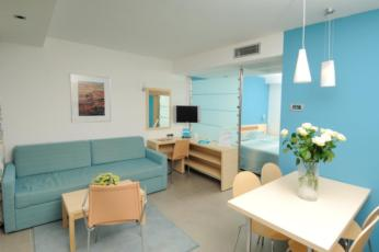 Dvokrevetna soba premium strana more sa dodatnim ležajem, balkonom, noćenje s doručkom