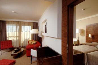 Dvokrevetna soba s pomoćnim ležajem, superior, strana bazen sa balkonom, noćenje s doručkom