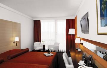 Dvokrevetna soba koja se koristi kao jednokrevetna, superior, strana bazen sa balkonom i doručkom