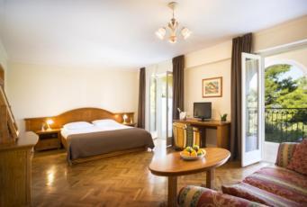 Dvije spojene dvokrevetne sobe, suite strana more balkon, noćenje s doručkom-depandance