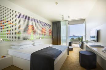 Dvokrevetna soba standard s pomoćnim ležajem, pogled more s balkonom, puni pansion