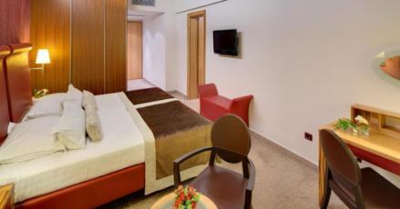 Dvije dvokrevetne sobe sa povezanim vratima - polupansion