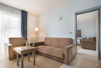 Dvokrevetna soba s 2 pomoćna ležaja u obiteljskoj sobi s balkonom i polupansionom