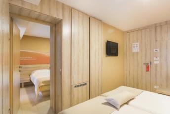 Dvije dvokrevetne sobe sa balkonom sa povezanim vratima - polupansion